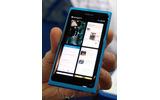 前面には一切のキーを持たない「Nokia N9」の画像