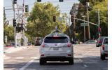 カリフォルニア州マウンテンビュー市を走行するGoogleの自動運転車の画像