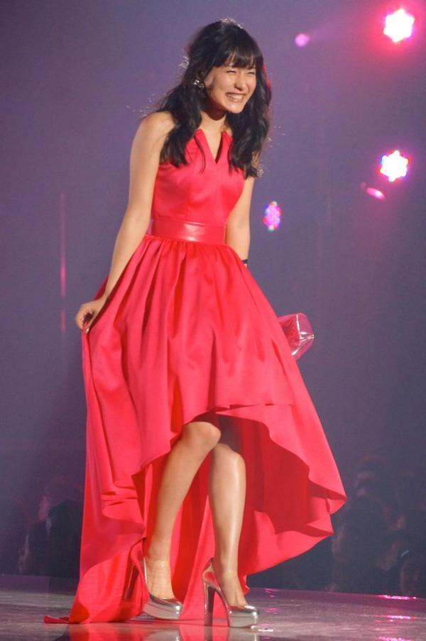 赤いドレス姿で楽しそうに笑顔を見せて歩く石原さとみ