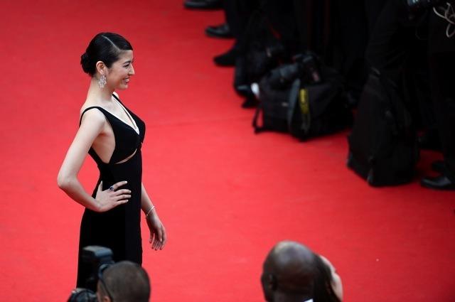 【画像あり】 長澤まさみ カンヌ映画祭に下乳の見えるヘンな衣装で登場