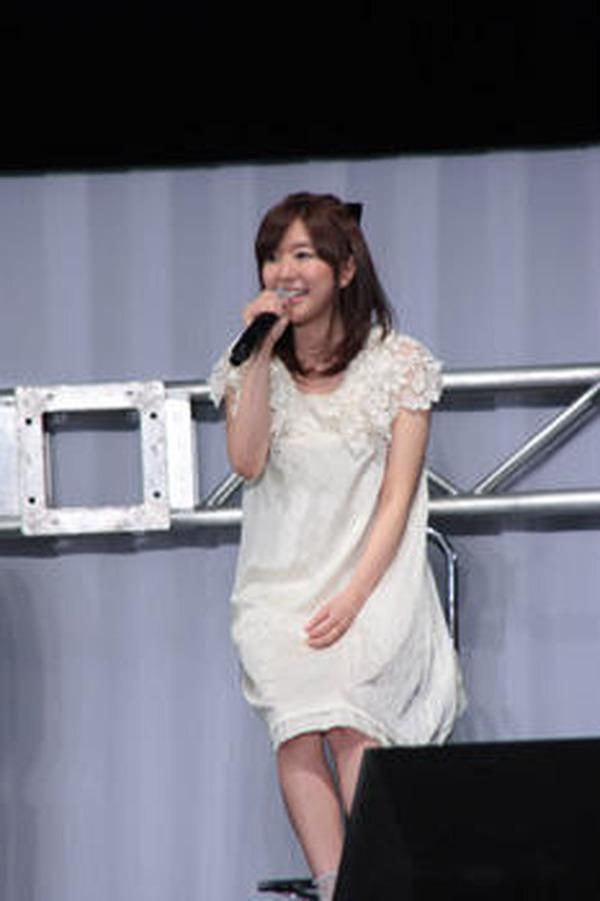 ミニスカート姿の茅野愛衣さん
