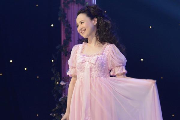 ピンクのふんわりとした服を着て天使のように微笑む松田聖子