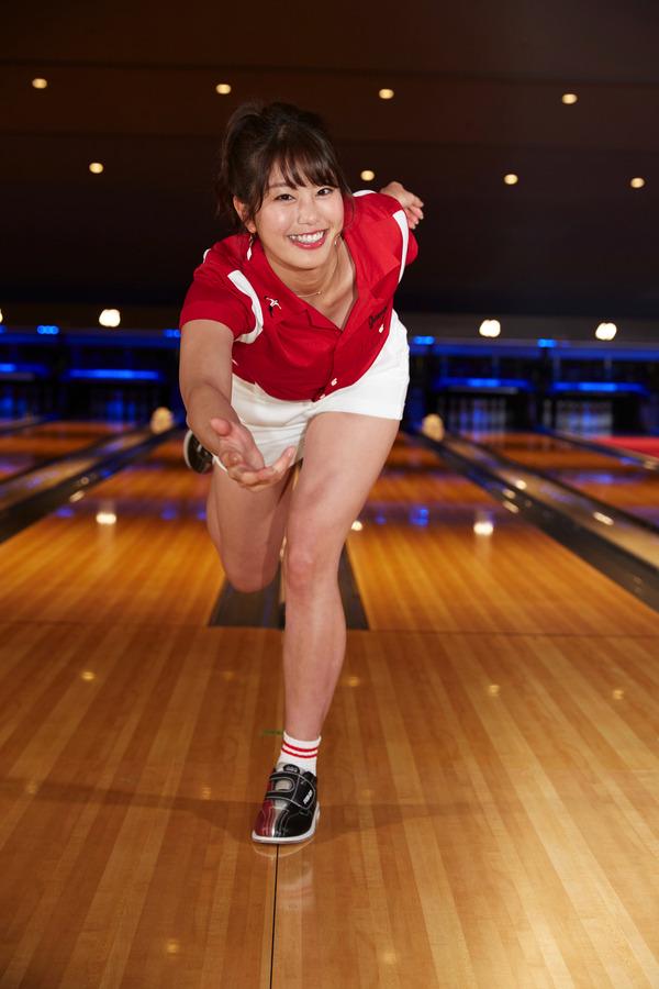 稲村亜美が、ボウリング始球式に初挑戦! 2枚目の写真・画像