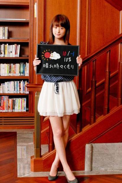 ミニスカート姿の秋月三佳さん