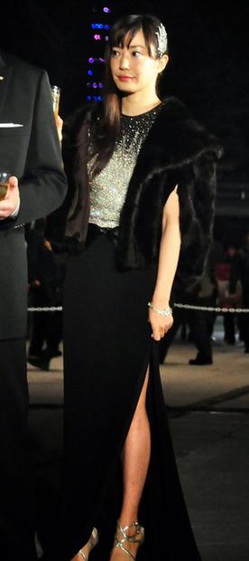黒のドレスを着た菅野美穂