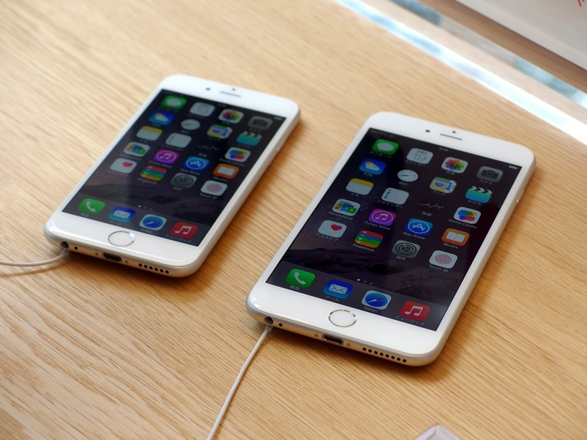 iPhone 6(左)とiPhone 6 Plus