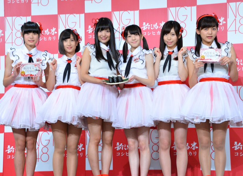 NGT48/(左から)長谷川玲奈、佐藤杏樹、北原里英、菅原りこ、宮島亜弥、中村歩加【写真:竹内みちまろ】