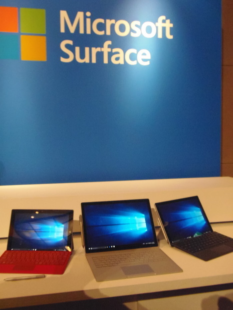 Surfaceシリーズ揃い踏み。左からSurface Pro3、Surface Book、Surface Pro4