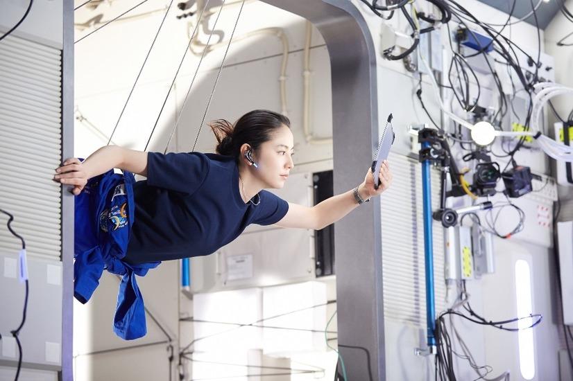 長澤まさみ、夫と離れて宇宙ステーションに滞在する妻演じる 5枚