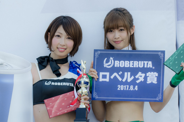 『AIR RACE QUEENS 2017 by ROBERUTA』でグランプリの清瀬まちさん(左)とロベルタ賞の林紗久羅さん(2017年6月4日)