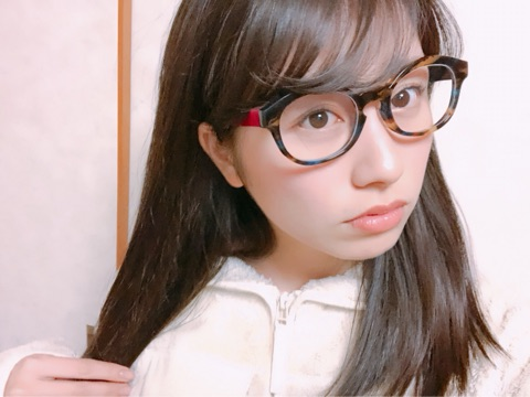 メガネをかけた佐々木彩夏さん