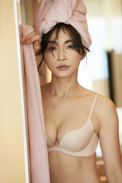 長谷川京子、自身プロデュースの下着をアピール!ホテル撮のセクシービジュアルが公開に 2枚目の写真・画像 | RBB TODAY