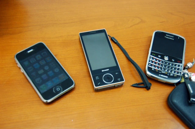 左からiPhone 3GS、HYBRID W-ZERO3、Blackberry Bold