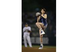 中村静香、チアリーダーのミニスカ衣装で始球式