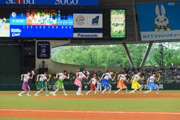 私立恵比寿中学と本田紗来が始球式…「夢がもうひとつできた」