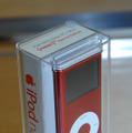 iPod nano (PRODUCT) RED Special Editionのケースには、赤い文字で「(PRODUCT) RED Special Edition」と印字されている