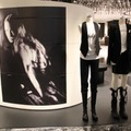 「ANN DEMEULEMEESTER -25TH YEARS SHOES-」。トルソー左が2005春夏、右が2009-10秋冬のルック