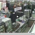 埼玉県吉川市で発生したコンビニ強盗事件の動画を公開 画像