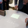 テーブルの上に映像を表示。タッチ操作を認識する