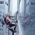 そこまでやるか!? 金髪美女が高層ビルをよじ登ってLGの掃除機の吸引力を証明 画像