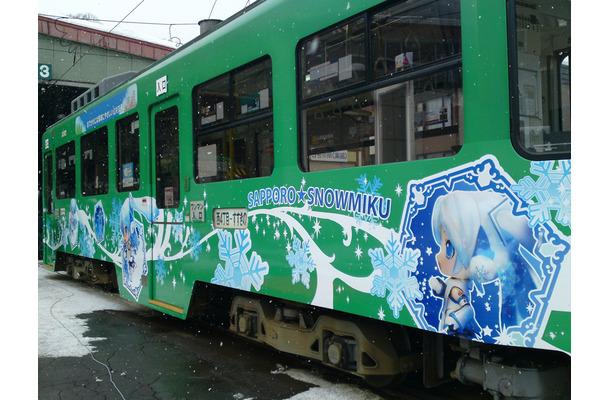 「雪ミク」仕様になった路面電車
