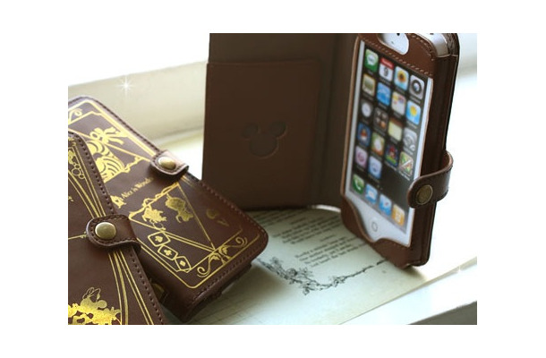 「Disney Old Book Case for iPhone5」の利用イメージ(iPhone 5は別売)