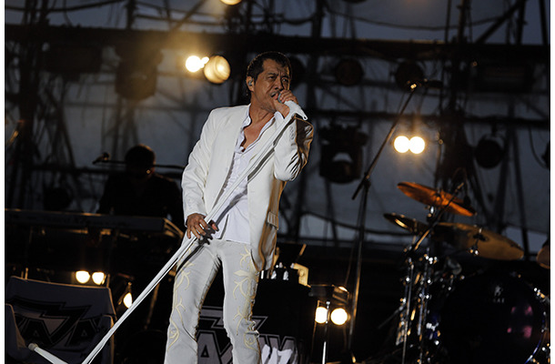 白いシャツを胸まで開けているステージでの矢沢永吉の画像