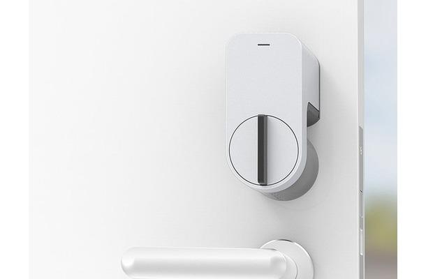 「Qrio Smart Lock」はドアのサムターンに設置し、スマートフォンで鍵の開閉ができるようにするデバイス。合鍵の作製や鍵の受け渡しなしで権限を一時的にシェアすることで鍵管理の効率化が可能だ(画像はプレスリリースより)