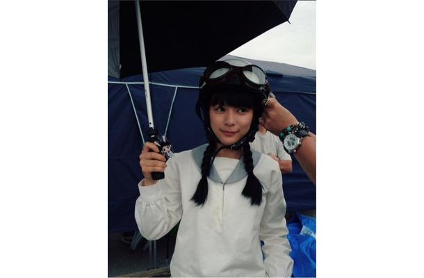 ヘルメットをかぶる芳根京子