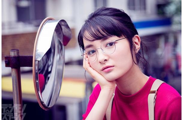 葵わかな、丸メガネをかけいつも...