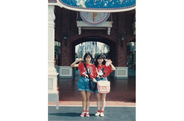 ディズニーで双子コーデ!西村知美、渡辺美奈代とのJK時代の2ショット公開