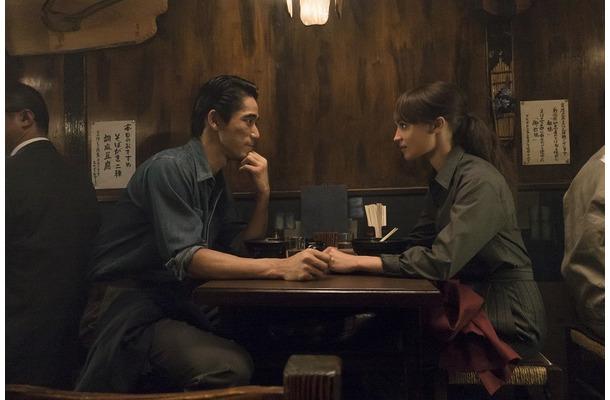 EXILE 小林直己がオスカー女優の手を握り・・・Netflix『アースクエイクバード』場面写真解禁