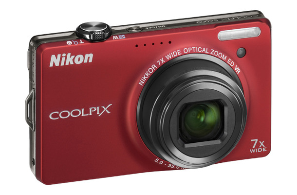 「COOLPIX S6000」(フラッシュレッド)