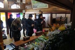 東日本大震災復興へ切実な願い……GACKTが川崎麻世らと被災地で献花  画像