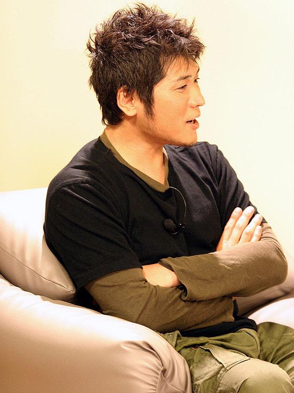 腕を組んで話をする吉川晃司