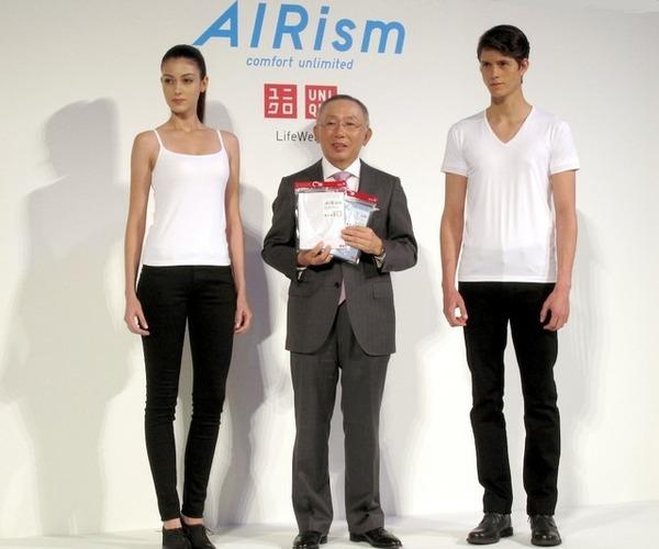 柳井正会長兼社長とエアリズムを着用したモデル 柳井正会長兼社長とエアリズムを着用したモデルこの写