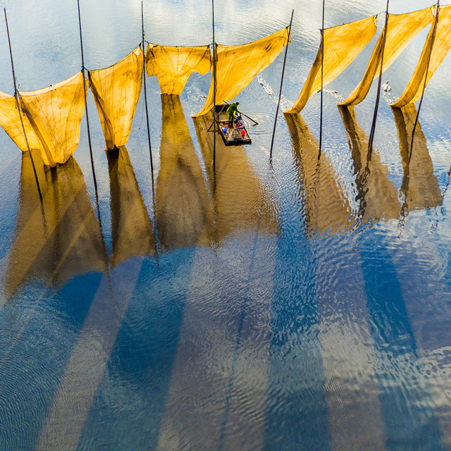 Photo of the Yearに選ばれた「Fishermen close the net」(Ge Zheng/SkyPixel)