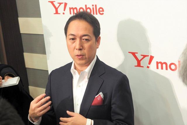 囲み取材に応じる、ソフトバンク執行役員 プロダクト&マーケティング統括 Y!mobile事業推進本部 本部長の寺尾洋幸氏