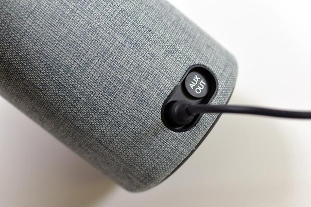 背面には電源コネクタと外部出力用の端子があります。Dolby デュアルスピーカー搭載で、音もなかなかいいですが、マイクの性能も良く、少々うるさくてもちゃんと声を聞き取ってくれます。
