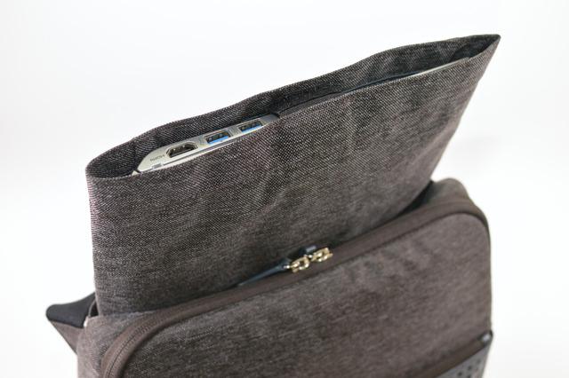 私の所有する「ThinkPad X1 Carbon」や「VAIO S」も、スリーブポケットに入れることができました
