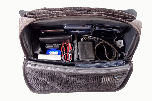 奥と手前にやわらかい生地のポケットがあり、傷つけたくないスマホやタブレット、小物類を入れておくことができます
