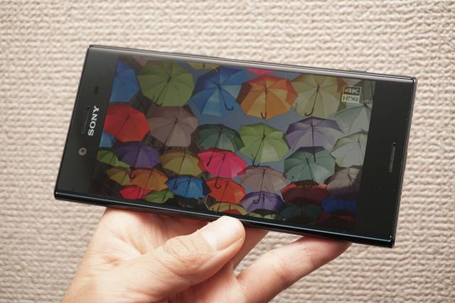 ディスプレイは4K HDR表示に対応。鮮やかなコントラスト感と自然な色再現を特徴としている