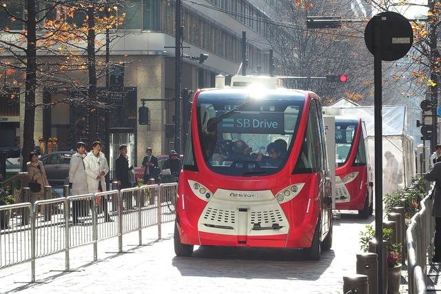 SBドライブは22日、東京 丸の内で自動運転バスの試乗会を開催。一般参加者を乗せて、オフィス街の石畳を往復した