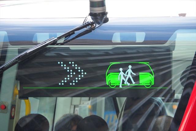 ディスプレイには行き先のほか発車、停車、乗降中などのステータスが表示される