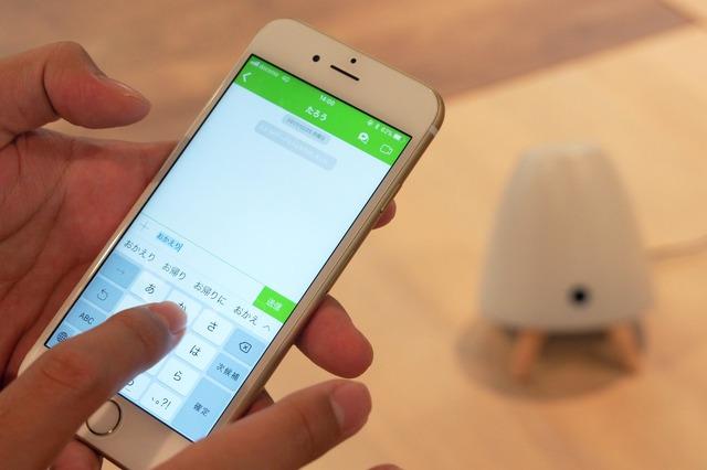 専用アプリからメッセージを送っているところ。LINEを思わせるUIのメッセージボックスに文字を打って送れば、自宅のpetocoがメッセージを読み上げてくれる