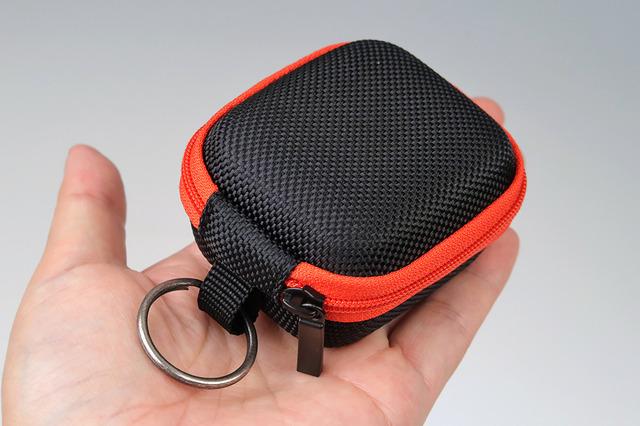 AhaStyleプレミアムジッパーキャリーバッグは、イヤーフックとキャリングケースがセットになった製品です