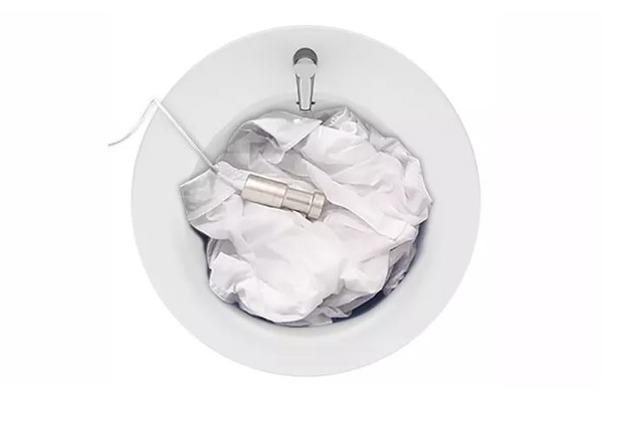 洗面台に水を入れて、洗いたい服とSonicSoak可動部を入れて電源を入れるだけ