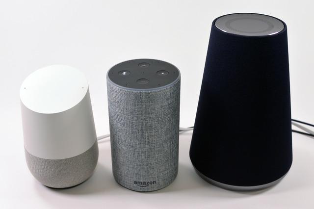 「Amazon Echo」(中央)、「Clova WAVE」(右)、「Google Home」(左)