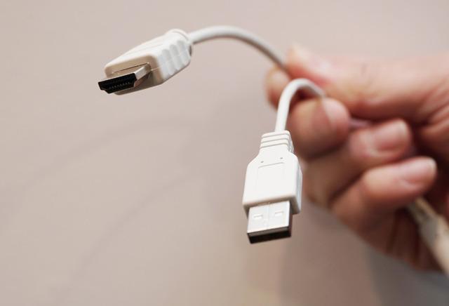 ソース機器とはHDMIで接続、USBケーブルで電源を供給する