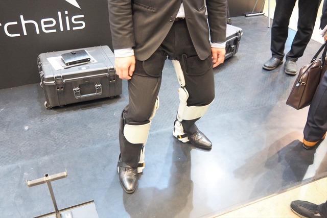 ブースでは来場者がarchelisの装着感を試していた。ニットーは金属加工をおこなう横浜の町工場。同社の技術力により、カーボンパーツを適所に採用することができた